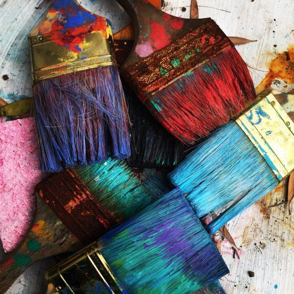 Brochas de colores que representan la diversidad de pensamiento y acción en las organizaciones. Alinear y aprovechar esta diversidad y múltiples enfoques es parte de una gestión de personal efectiva.